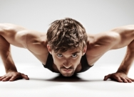 Le Body Attack combine des mouvements d'aérobic athlétiques et des séries de pompes, abdos, squats...