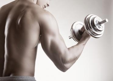 Pour muscler ses bras, il faut travailler ses biceps, mais aussi ses triceps et avant-bras.