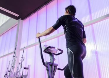 Le vélo elliptique, un excellent exercice pour muscler ses fessiers.