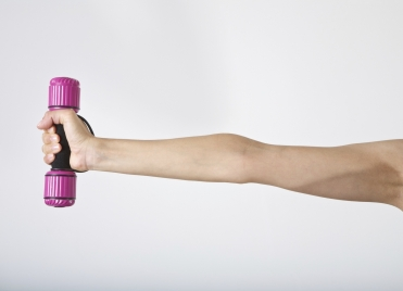 Pour éviter de voir la graisse s'accumuler dans les bras, on travaille ses triceps.