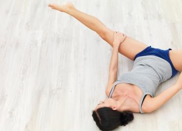 Après le sport, le réconfort ! Les étirements des jambes sont essentiels après une séance de muscu.